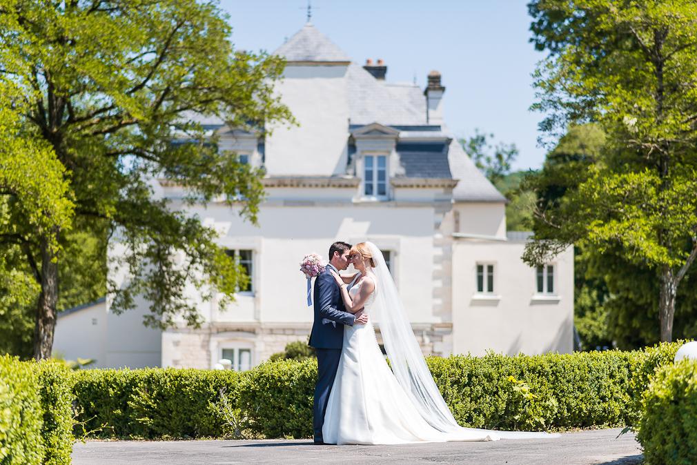 6-photographe-dijon-mariage-seance-photo-couple-mariés-photographies-domaine-pont-de-pany-julia-abel.jpg